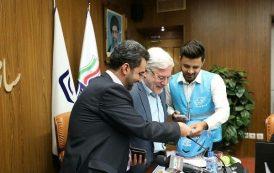 تحویل اولین دفترچه بیمه آن لاین به وزیر ارتباطات توسط الوپیک